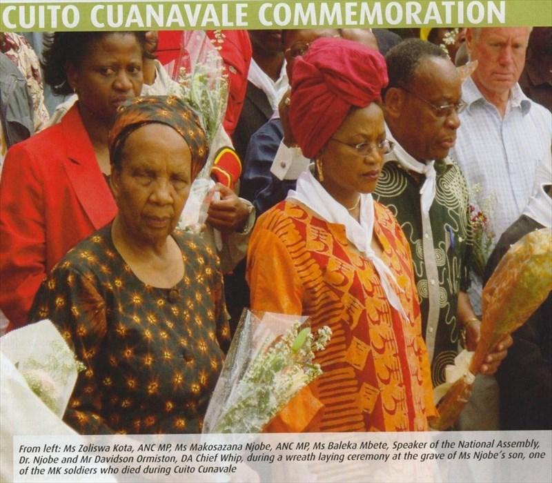 Die hoofsweep van die DA, mnr Ian Davidson (heel regs), saam met die vorige Speaker (nou Adj-pres) me Baleka Mbete, tydens 'n kranslegging om hulde te bring aan 'n MK soldaat wat gesterf het in die slag van Cuito Cunavale.[In Session – July 2008]